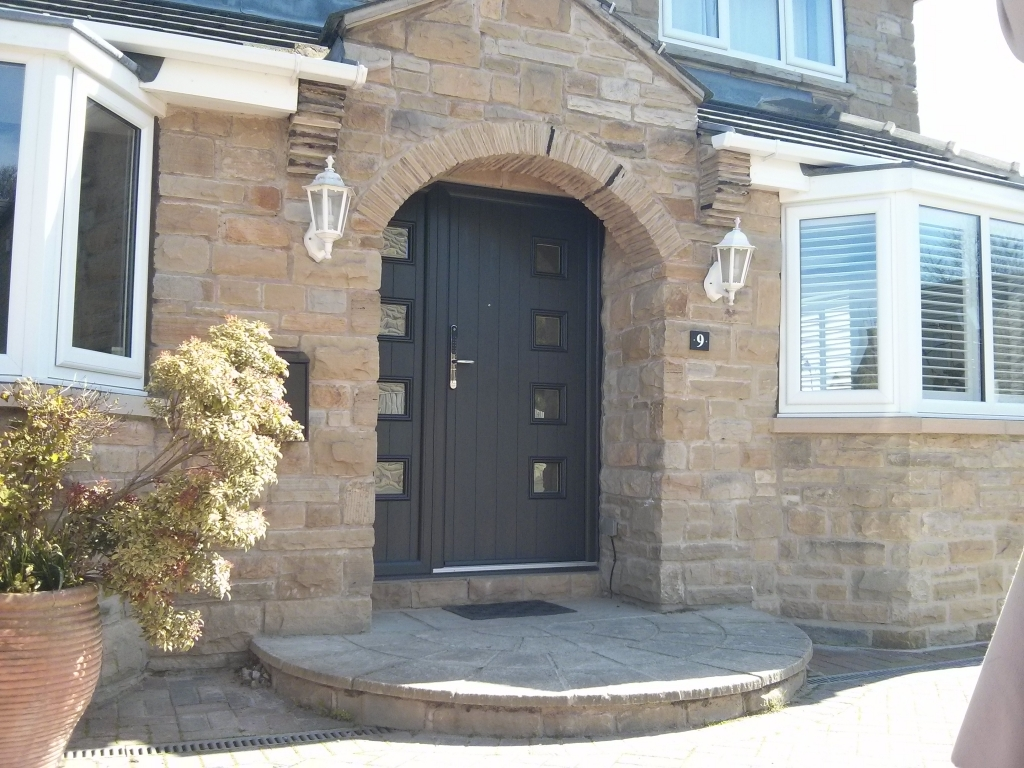 We love this style of composite door. This is a Milano Anthracite Grey door and composite side light with Yale Keyfree door handle.